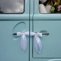 Auto decoratie bruiloft witte strikjes lintjes